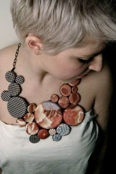 Fabric button necklace, large bib necklace, grey and red necklace. Collana in stoffa di Stefania Marcon Knitted Necklace, Button Necklace, Fabric Necklace, Leather Necklace, Leather Jewelry, Red Necklace, Fiber Art Jewelry, Textile Jewelry, Fabric Jewelry