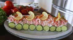 SKAGENRULLTÅRTA | Jennys Matblogg | Bloglovin' Sandwich Cake, Sandwiches, A Food, Food And Drink, Grazing Tables, Starters, Seafood Recipes, Potato Salad, Tapas