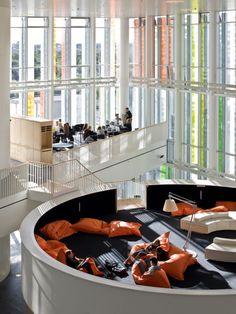 Das Orestad Gymnasium in Kopenhagen wirkt frei, gr… Education Architecture, Interior Architecture, Classroom Architecture, Commercial Design, Commercial Interiors, Design Comercial, 21st Century Schools, Nachhaltiges Design, Design Desk