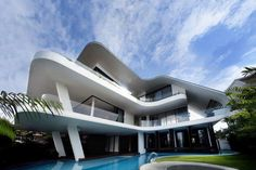 This is a magnificent house built in in Singapore by Aamer Architects. This house has ultra modern design that inspired by magnificent views towards the city Modern Tropical House, Tropical Houses, Architecture Cool, Contemporary Architecture, Singapore Architecture, Architecture Interiors, Modern Contemporary, Modern Properties, Modern Mansion