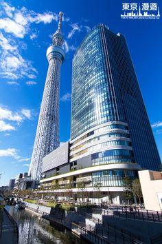 【日本新地標-東京スカイツリー】京城橋上看晴空塔: 在晴空塔旁的大型建築物就是晴空塔賣場 東京ソラマチ,TokyoSolamachi ,這個賣場實在是太好逛,好吃又好玩,尤其晴空塔的官方商店更是讓蔓蒂的荷包大大失血....除了現金外還刷了卡
