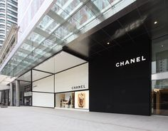 Last Friday, 17 June I was invited to the media tour of the newly reopened and relocated Chanel store. Design Café, Facade Design, Store Design, Interior Design, Retail Facade, Shop Facade, Building Facade, Design Art Nouveau, Chanel Store