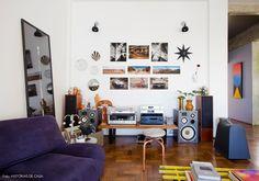 Cantinho da música tem aparelhos antigos, parede galeria e peças desenhadas pela moradora.