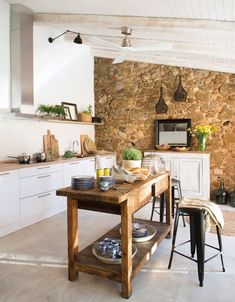 Mobiliario decapado White kitchen with stone wall, wooden beams in white and central island with recovered furniture # decor Kitchen Dining, Kitchen Decor, Stonewall Kitchen, Cuisines Design, French Country Decorating, Home Living, Home Kitchens, Kitchen Remodel, Sweet Home