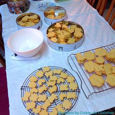 Tardes produtivas #minhacozinha #minhasideias #minhaaventura #biscoitosbycoisasdecozinhas #biscuits #biscoitosartesanais #biscoitos #homemadefood #passionforbaking #foodlover #kitchenmysweetkitchen #cozinhacomamor #páscoa #happyeaster #issomeacalmameacodeaalma