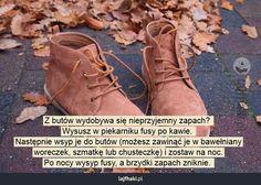 Trik na śmierdzące buty - Z butów wydobywa się nieprzyjemny zapach?  Wysusz w piekarniku fusy po kawie.  Następnie wsyp je do butów (możesz zawinąć je w bawełniany woreczek, szmatkę lub chusteczkę) i zostaw na noc. Po nocy wysyp fusy, a brzydki zapach zniknie.