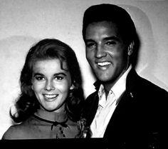 Elvis with Ann Margret between takes on the set of his movie Viva Las Vegas in the summer of 1963 Create Photo Album, Ann Margret Photos, Elvis Quotes, Cinema Tv, Actor Studio, Elvis Presley Photos, Photo Memories, Beautiful Voice, Graceland
