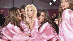c72bb4ca7d Victoria s Secret publica vídeo detrás de escenas con Lady Gaga y los Ángeles  cantando