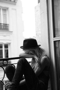 City , femme à chapeau au bord d'une fenêtre #Black and #White