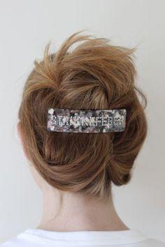 Hårspenne -StrikkefeberSuperpopulær og trendy hårspenne med tekst. Denne spennen har teksten: Strikkefeber i swarowski krystaller.Spennene sitter godt i håret selv på de med glatt hår. Sitter godt i tynt og tykt hår.Den er 11 cm x 3 cm.Supre gaver til den strikkeglade, eller til deg selv. Band, Accessories, Fashion, Moda, Sash, Fashion Styles, Fashion Illustrations, Bands, Jewelry Accessories