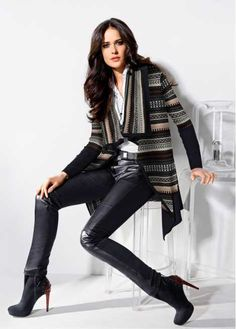 Veja agora:Lindo casaco de tricô com listras coloridas e estampa jackard em zigue-zague. Modelo tipo poncho aberto. Gola ampla, longa. Faixa de tricô larga na barra e nas mangas. Formato solto, sem fechamento. Comprimento de aprox.92cm.