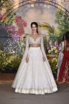 Katrina Kaif arrived with sister Isabelle Kaif at Sonam Kapoor-Anand Ahuja's reception party. Sidharth Malhotra and Ranveer Singh also arrived in style. Indian Reception Outfit, Bride Reception Dresses, Indian Wedding Outfits, Wedding Party Dresses, Indian Outfits, Bridal Dresses, Reception Party, Indian Attire, Indian Clothes