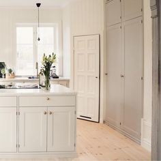 White kitchen with corner cabin Open Plan Kitchen Living Room, Kitchen Dining, Kitchen Decor, Kitchen Interior, Interior Design Living Room, Country Look, Interior Design Videos, Paint Colors For Living Room, Cuisines Design