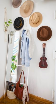 Studio-Apartment Dekorieren This tiny 28 square meter NYC studio is incredibly cute and well organiz Tiny Studio Apartments, New York Apartments, Rental Apartments, Apartment Therapy, Studio Apartment Decorating, Ux Design, Interior Design, Cleaning White Walls, Diy Wood Wall