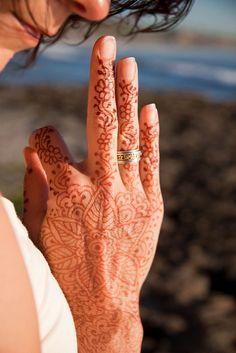 Precioso tatuaje de henna, manos mehandi.