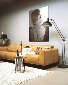 De Industriële bank Lockheed van Station7 is leverbaar in Ambachtelijk hand gepoetst buffelleer, Geschuurd leer en Velvet stof. De stijl is robuust en stoer, met een eigentijdse maar tijdloze wijze van finishing van de materialen. Je geniet van de mooie combinatie van zitcomfort, uitstraling en productkwaliteit. Sofa, Couch, Chesterfield, Interior Inspiration, Furniture, Home Decor, De Stijl, Velvet, Settee