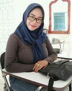 Beautiful Arab Women, Beautiful Hijab, Hijabi Girl, Girl Hijab, Hijab Teen, Hijab Fashionista, Indonesian Girls, Hijab Chic, Muslim Girls