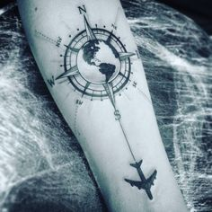 Kompass Tattoo – Bedeutung der Motive, Bilder und coole Designs Compass Tattoo – meaning of the motifs, pictures and cool designs Map Tattoos, Neue Tattoos, Body Art Tattoos, Sleeve Tattoos, Cool Tattoos, Tatoos, Travel Tattoos, Tattoo Fonts, Compass Tattoo Meaning