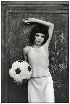 Letizia Battaglia - Palermo, quartiere La Cala. Bambina col pallone, 1981