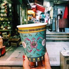 【RETRIP×香港】 今回ご紹介するのは、海外のおしゃれなカフェ。こちらの「Halfway Coffee」は、香港で人気のカフェ。香港島の中心に近い上環の駅から徒歩圏内にあります。香港らしいおしゃれなテイクアウトカップは写真におさめたくなること間違いなし。ぜひ、香港旅行の記念に行ってみてください。 ・ こちらのお写真は、@d_d_s_tudioさんにお借りしました。素敵なお写真をありがとうございます! ・ #retrip_cafe #retrip_cafe_香港 #retrip_hongkong #retrip_香港 #カフェ #cafe #おしゃれカフェ #海外カフェ #香港カフェ #香港旅行 #hongkong #hongkongcafe #上環 #halfwaycoffee #半路珈琲 #coffee #cup #takeout #テイクアウトカップ #海外旅行 #香港旅行 #旅行 ・ 【RETRIPでカフェ検索!】 RETRIPでは各地の素敵なカフェのお写真をお待ちしております#retrip_cafe_〇〇…