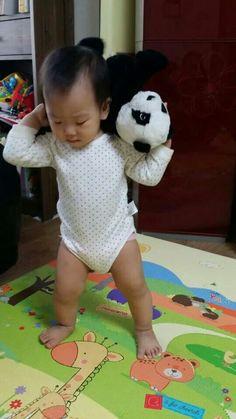 김시현 어린이  팬더인형과 놀다(윤미영이 중국에서 보냄)