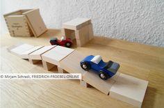 kleine Autobrücke mit Garage als Spielidee zum Bauen mit den Bauklötzen der Spielgabe 6 nach Fröbel