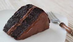 """O Bolo """"Lama"""" ou Mud Cake é um bolo feito com chocolate amargo e cacau em pó, por isso ele fica com a cor mais forte. Ao mesmo tempo, é um bolo consistente"""