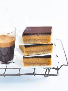 basic caramel slice by Donna Hay. Tips - add teaspoon of coffee to caramel. Sprinkle teaspoon of sea salt flakes over chocolate before refrigerating - YUM! Köstliche Desserts, Delicious Desserts, Dessert Recipes, Yummy Food, Tasty, Donna Hay Recipes, Biscuits, Cupcakes, Sweet Recipes