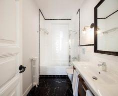 Post: Aires de New York en un piso de Malasaña, Madrid --> art deco, arte abstracto, blog decoración nórdica, cabecero capitoné, estilo americano, estilo minimalista, mármol y metal, pisos de vacaciones, sillas tapizadas