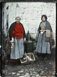 Women selling fish in Galway on 26 May Autochrome by Marguerite Mespoulet in the Musée Albert-Kahn, Paris. Traditional Irish Clothing, Vintage Photographs, Vintage Photos, Albert Kahn, Ireland Pictures, Irish People, Irish Traditions, Museum, Color Photography