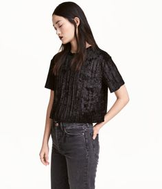 Black. Short, wide-cut top in crushed velvet with a lightly pleated effect.