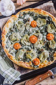 Tarta de espinacas y alcachofas. Receta vegetariana con fotografías de cómo hacerla y recomendaciones de cómo servirla. Recetas vegetarianas fáciles de hacer