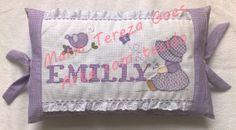 Almofada infantil, com ponto cruz e patchcolagem, totalmente bordada à mão.