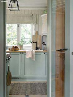 Scandinavian Cottage, Swedish Cottage, Swedish Farmhouse, Cottage Kitchens, Cottage Homes, Farmhouse Kitchens, Lake Cottage, Cottage Interiors, Cafe Design
