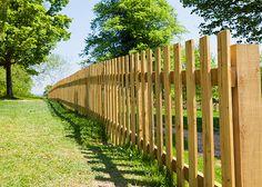 Výsledek obrázku pro dřevěný plot bez podezdívky