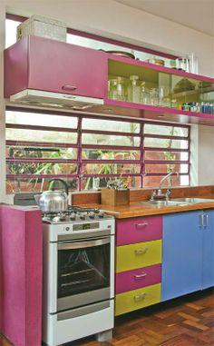 cozinha com armarios coloridos