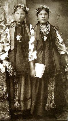 Дівчата у традиційному вбранні та прикрасах. Полтавщина. 1910 р.
