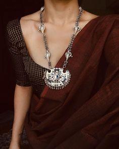 Source by Outfits indian Cotton Saree Designs, Sari Blouse Designs, Blouse Patterns, Saree Wearing Styles, Saree Styles, Blouse Styles, Cotton Saree Blouse, Saree Jackets, Saree Jewellery