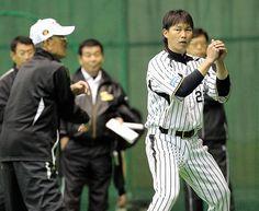 7日、宜野座ドーム内で、野球評論家の広岡氏(左手前)から守備の指導を受ける阪神・新井貴
