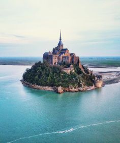 This is straight out of a fairytale 😍✨ 🌍 Mont Saint Michel, France 📸 IDrone Aerials Mont Saint Michel France, Le Mont St Michel, Best Vacation Destinations, Best Vacations, Voyager Malin, Places To Travel, Places To See, Visit Bordeaux, Hotel Des Invalides