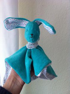 """Geschenk zur Geburt: Kuscheltuch Hase """"Anton"""" aus türkisem Nickistoff und weißem, gepunktetem Jersey.  Quadrat genäht und vorbereiteten und mit Stopfwatte gefüllten Kopf mittig auf dem Quadrat angebracht."""
