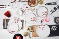 Nicht nur Rot, auch dunklere Töne lassen sich perfekt zu Pur Geflammt kombinieren #gmundnerkeramik #handbemaltes #geschirr Decorative Plates, Pure Products, Tableware, Red, Interiors, Architecture, Design, Breakfast Set, Coffee Mugs