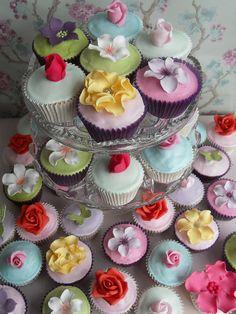 Amazing flower cupcakes. These astonish me.