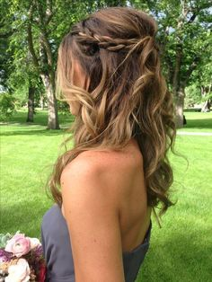 Trendy Wedding Hairstyles Medium Length Curls Messy Buns Trendy Hochzeitsfrisuren Mittellange Locken Messy Buns This image has get. Wedding Hairstyles For Medium Hair, Easy Hairstyles, Bridesmaids Hairstyles, Bridesmaid Hair Half Up Braid, Latest Hairstyles, Hairstyles 2018, Hairstyle Ideas, Bridal Hairstyles, Bridesmaid Hair Medium Length Thin