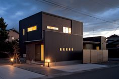 黒色のガルバリウム鋼板を採用した、どっしりとして落ち着きのある佇まい。一部に木目を使うことで、和の雰囲気をプラスしている。 My House Plans, Japanese House, Facade House, House Rooms, Modern Rustic, My Dream Home, Exterior Design, Modern Architecture, House Design