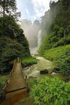 Cachoeira Dongon, em Cotabato Sul, Filipinas.  Fotografia: Khosh Nam.