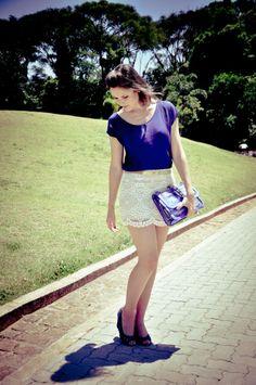 Look blue com a Bolsa queridinha do momento !!! S2 Confira todos os detalhes: http://blogcharmedalu.com.br/look-do-dia-bolsa-transparente-azul-e-colar-de-asas/
