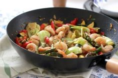 Spicy Shrimp and Vegetable Stir-Fry Fitness Fuel: Good Eats for Fitness Peeps This great low calorie entrée is very easy to make. Its best when served over a serving of rice. Shrimp Vegetable Stir Fry, Shrimp And Vegetables, Veggies, Veggie Fries, Spicy Shrimp, Healthy Recipes, Healthy Meals, Stuffed Peppers, Eat