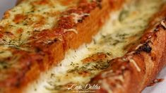 There's regular garlic bread, and then there's THIS Cheesy Garlic Bread! Soft on the inside with crispy edges, perfectly cheesy. Garlic Monkey Bread, Cheesy Garlic Bread, Bread Recipe Video, Good Food, Yummy Food, Cooking Recipes, Gif Recipes, Afternoon Snacks, Empanadas