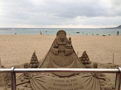 Virgen del Pino. Escultura de arena en playa de Las Canteras (Las Palmas de Gran Canaria)